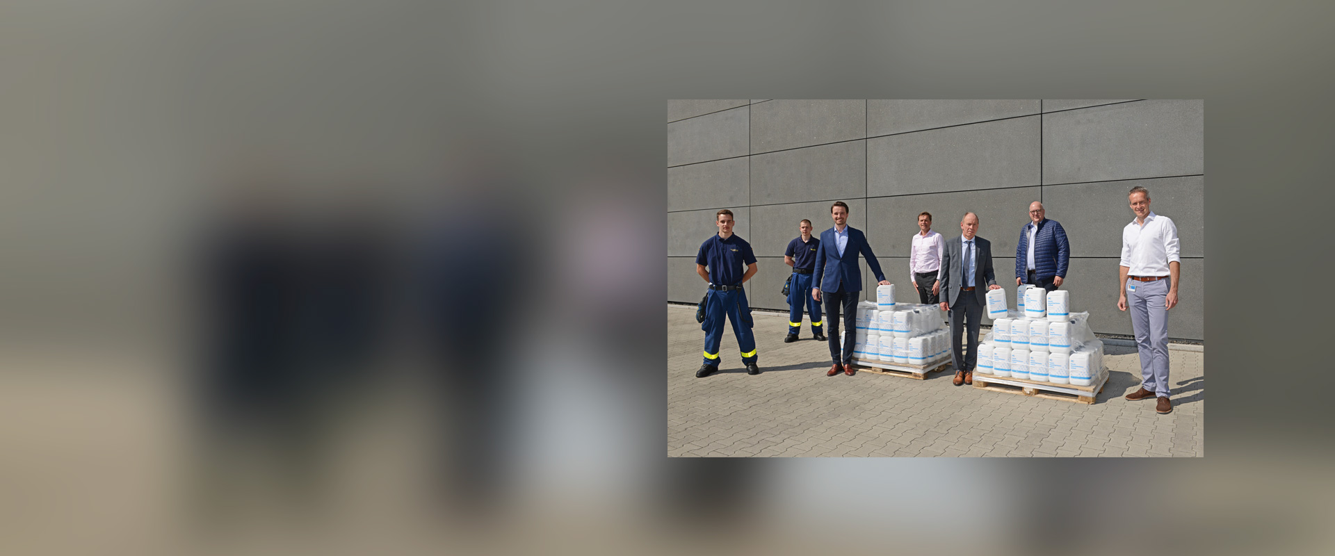 Handover of the 100 five-litre containers of disinfectant from MC-Bauchemie's in-house production to the Mayor of Bot-trop, Bernd Tischler, at the company's Am Kruppwald site.